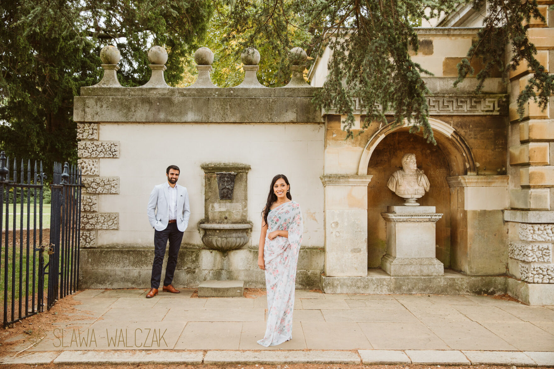 Natural and romantic engagement photo shoot Chiswick House